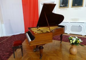 The concerts in Sułkowski Palace in Włoszakowice are performed – for a dozen years – on a renovated Bechstein grandpiano from 1919. Photo by Amadeusz Apolinarski